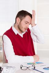Deprimierter Business Mann schockiert über steigende Ausgaben