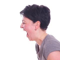 Frau schreit wütend