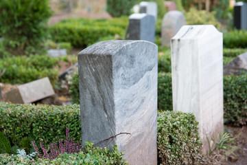 Friedhof mit Gragsteinen