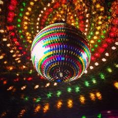 vista de una bola de espejos en una discoteca