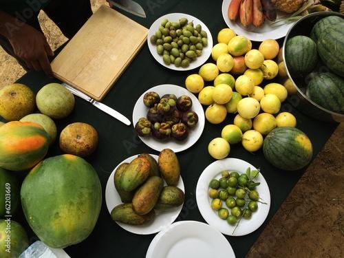 тропические фрукты лежащие на столе