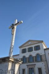 ST REMY DE PROVENCE : Ecole et crucifix