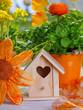 Niedliche Dekoration mit Vogelhaus  zu Ostern