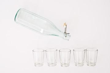 Flasche und Gläser