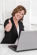 Erfolgreiche lachend Geschäftsfrau mit Daumen hoch