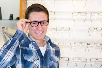mann kauft eine brille beim optiker