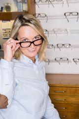frau kauft eine neue brille