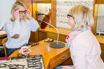 verschiedene brillengestelle probieren