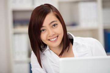 junge asiatische frau im büro