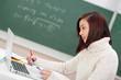 studentin benutzt laptop im unterricht