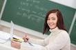 junge studentin benutzt laptop in der vorlesung