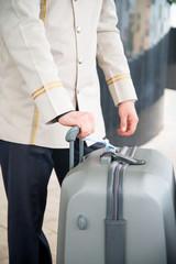 valiz taşıyan otel görevlisi
