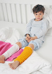 Kind mit Wadenwickeln im Bett