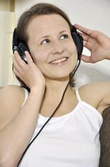 Twen mit Kopfhörern hört Musik