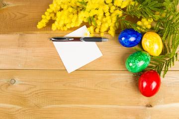 Foglio di carta e uova pasquali