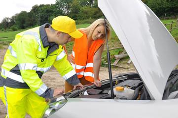 Pannenhelfer repariert Auto mit Panne