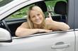"""Frau in Auto """"Daumen hoch"""""""