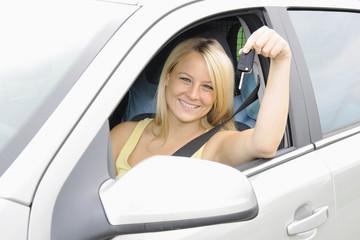 Autofahrerin hält Autoschlüssel