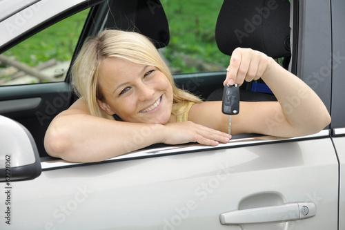 Twen hält Zündschlüssel für Auto