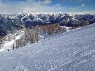 pista da sci con skilift e montagne