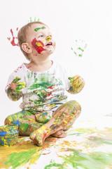 Kleines Mädchen hat Spass beim malen