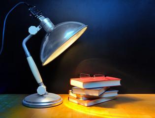 Bücher mit Vintage Lampe