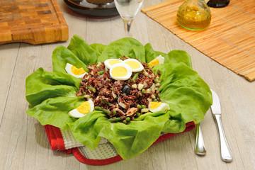 Riso rosso in insalata su foglie di lattuga