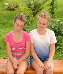 Молодые девушки грустят