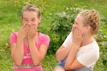 Две подружки смеются