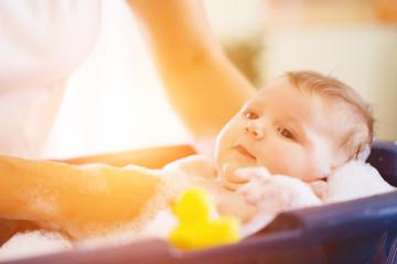 Mutter badet ihr baby in Badewanne