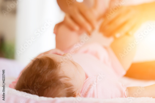 Baby mit Mutter, sie hält die Füße