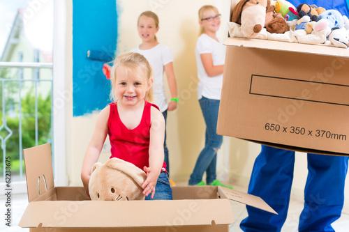 Vater und Töchter  renovieren ein Zimmer