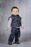 enfant portant vêtements en jeans