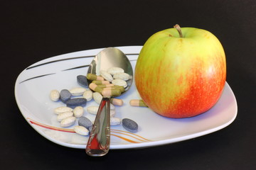 piatto di farmaci e frutta
