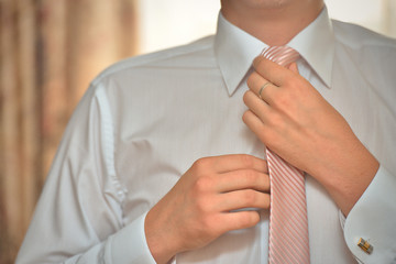 Man tying his tie itself