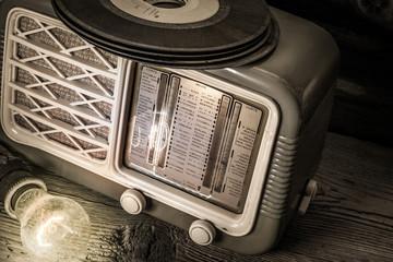dischi in vinile con vecchia radio