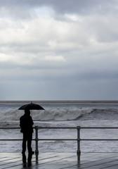 Hombre con paraguas frente al mar