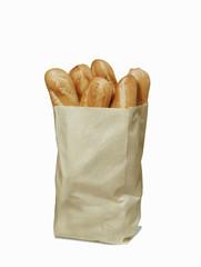 Saco de pan fresco en fondo blanco.