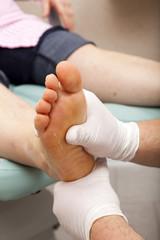 Fußsohle wird von Fußpfleger massiert