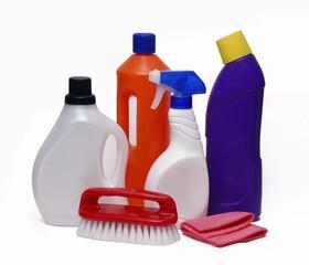 Artículos y productos de limpieza en fondo blanco.