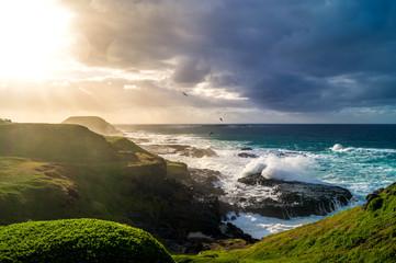 Küste, grüne Wiese, letzte Sonnenstrahlen
