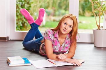 Hübscher Teenager übt zu Hause für eine Prüfung