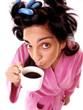 Mujer bebiendo café por la mañana.