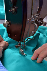 Cociendo en una máquina de coser profesional.