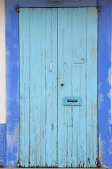 Hellblaue Holztür auf Formentera