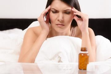 Frau mit Migräne Kopfschmerzen