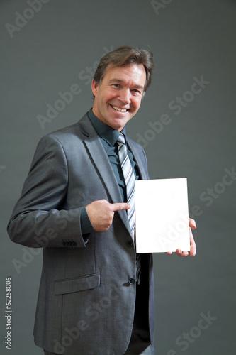 Mann empfiehlt ein Produkt