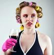 Frau mit Weinglas und Lockenwicklern