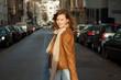 Hübsche junge Frau teenager auf einer Straße mit Fahrzeugen im