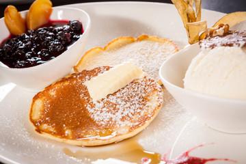 Leckere süße Pfannkuchen als Desser mit Vanilleeis